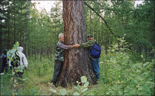 Photograph of Slava and Jon hugging a tree.