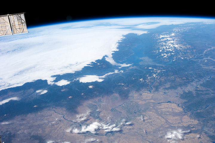 Oblique astronaut photograph of the northern Cascade Range.